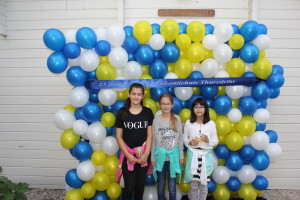 de winnaars van de kleurwedstrijd voor de muur van ballonnen
