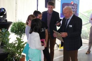 kinderen van radarschool Jan Wouter van den Doel overhandigen het winnende schilderij